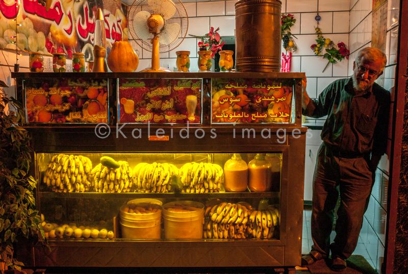 Fruits;Hommes;Juice;Jus;Kaleidos;Kaleidos images;Lebanon;Liban;Libanon;Magasins;Man;Men;Middle East;Moyen Orient;Naher Osten;Near East;Proche Orient;Shops;Tarek Charara